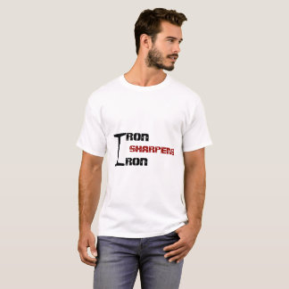 O FERRO SHARPENS o t-shirt do branco do FERRO