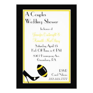 O futebol preto amarelo acopla o chá de casament convites