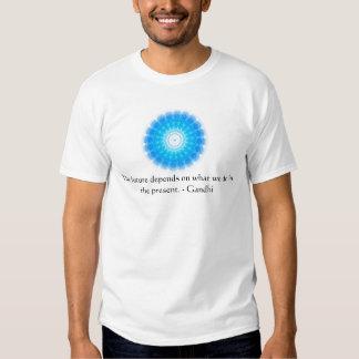 O futuro depende do que nós fazemos no presente t-shirts