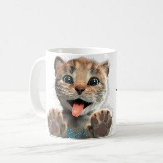 O gatinho pequeno lambe - a caneca