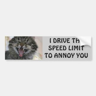 O gato abundante irrita Speeders Meme Adesivo De Para-choque