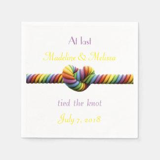 O gay amarrou os guardanapo do casamento do nó