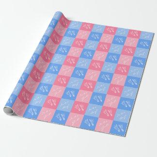 O género cor-de-rosa e azul do bebê das pegadas papel de presente