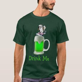 O Hatter louco de Paddys da rua bebe-me a cerveja Camiseta