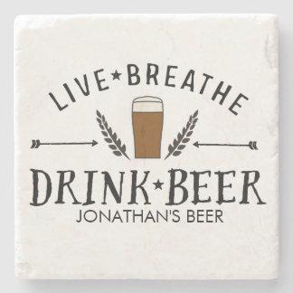 O hipster do amor da cerveja vivo respira o porta-copo de pedra