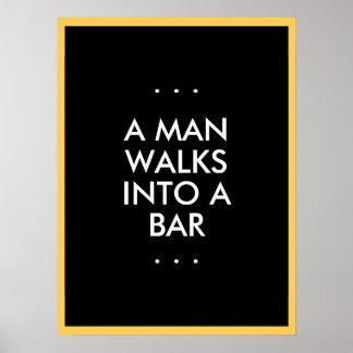 O homem anda em um bar poster