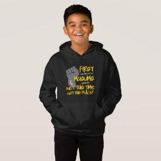 O Hoodie escuro de não este menino do lugar T-shirt