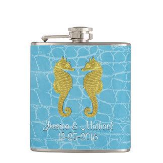 O jacaré azul dos cavalos marinhos do ouro cantil
