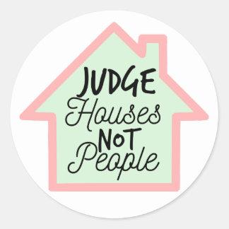 O juiz abriga não pessoas da etiqueta