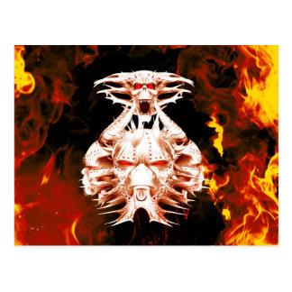 O lado escuro, crânio cercado pelo fogo cartão postal
