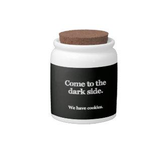 O lado escuro tem biscoitos… jarro de doce