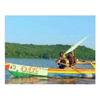 O lago molha os pescadores dos barcos que pescam o cartão postal