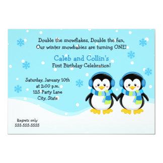 O menino do pinguim junta o convite do aniversário