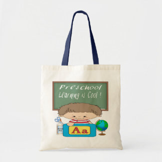 O menino pré-escolar que aprende é as bolsas legal