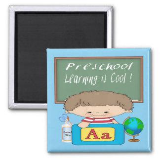 O menino pré-escolar que aprende é ímã quadrado le