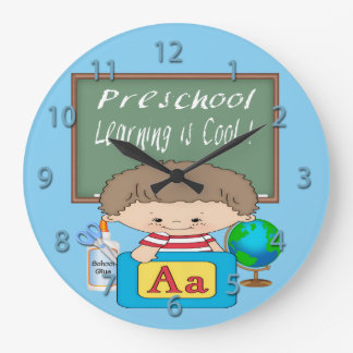 O menino pré-escolar que aprende é pulso de dispar relógio de parede