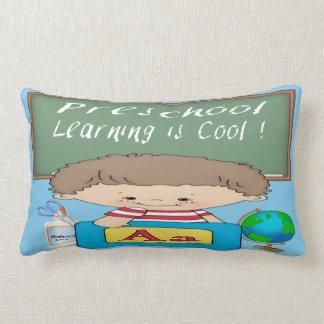 O menino pré-escolar que aprende é travesseiro lom