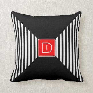 O monograma listra o branco e o preto travesseiros de decoração