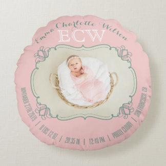 O monograma recém-nascido da foto do bebê cora almofada redonda