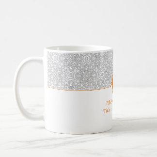 O monograma retro elegante das cinzas e da laranja caneca de café