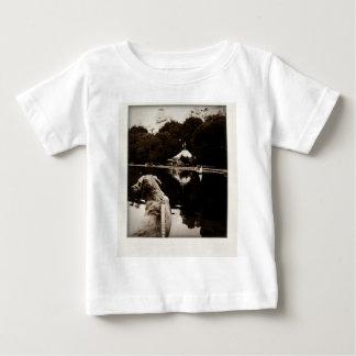 O ouro navega a camisa velha da criança da foto
