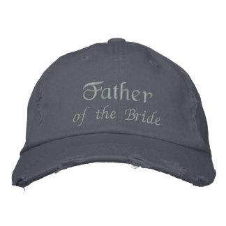 O pai da noiva bordou o boné azul da bola do texto