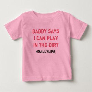 O pai diz o jogo na sujeira camiseta para bebê