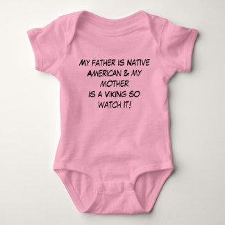 O pai é nativo americano & a mãe é camisa de