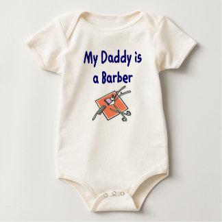 O pai é um t-shirt do bebê do barbeiro