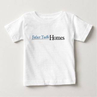 O pai Taaffe dirige o t-shirt do bebê