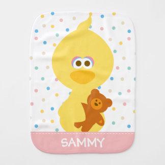O pássaro do bebê e o ursinho grandes   adicionam paninhos de boca