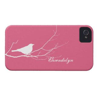 O pássaro empoleirou-se no chique cor-de-rosa bran