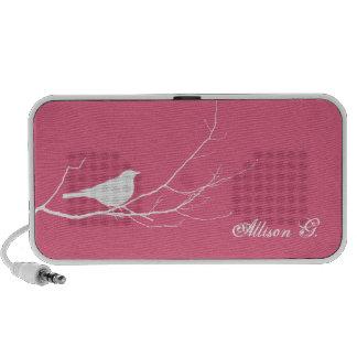 O pássaro empoleirou-se no chique cor-de-rosa bran sistema de som