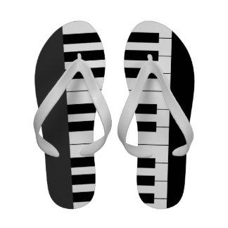 O piano branco preto fecha chinelos da música do t