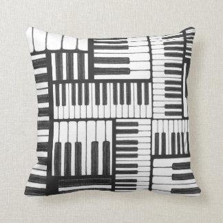O piano fecha o travesseiro preto e branco