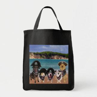 O pirata engraçado persegue a sacola do montante bolsa para compras