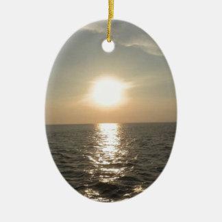 O por do sol na ilha de Bantayan nas Filipinas Ornamento De Cerâmica Oval