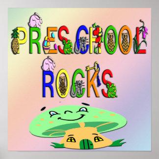 O pré-escolar balança o poster do cogumelo