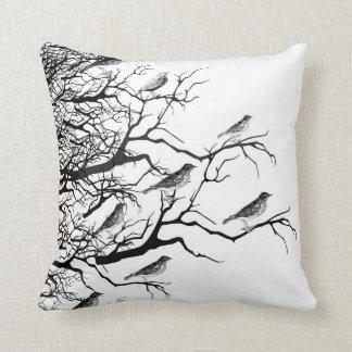 O preto, o branco, os pássaros e os galhos projeta travesseiros de decoração
