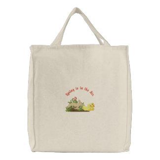O primavera está no ar bolsas bordadas
