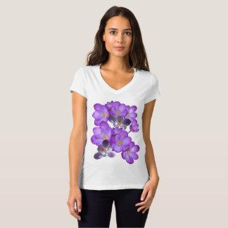 O primavera roxo dos açafrões floresce o t-shirt