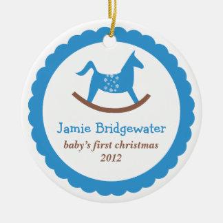 O primeiro Natal do bebê de balanço azul do cavalo Ornamento De Cerâmica Redondo