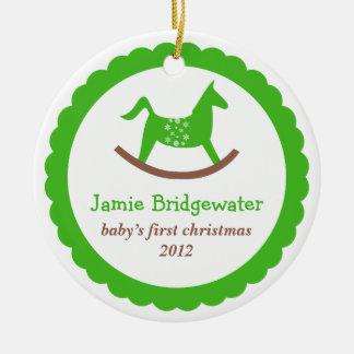 O primeiro Natal do bebê de balanço verde do Ornamento De Cerâmica Redondo