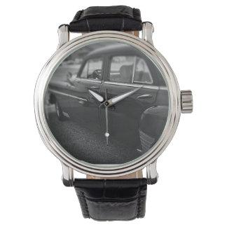 O relógio dos homens - carro clássico preto e