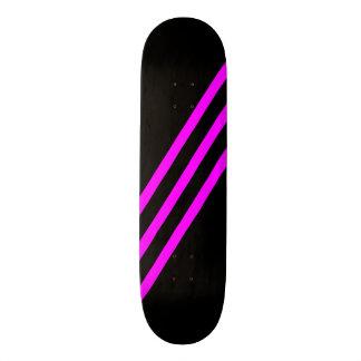 O rosa diagonal reduz a plataforma preta do skate