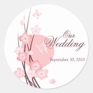 O rosa floresce o anúncio do casamento da borbolet adesivos em formato redondos