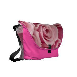 O saco do rickshaw do rosa cor-de-rosa aumentou bolsas mensageiro