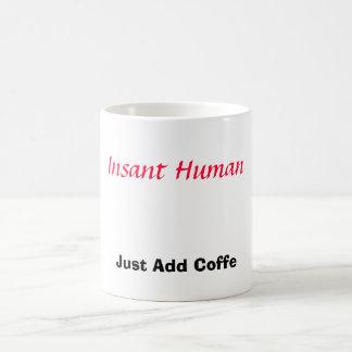 O ser humano de Insant, apenas adiciona o café Caneca Mágica