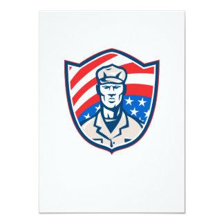 O soldado americano com protetor da bandeira dos convite personalizado