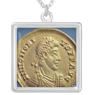 O Solidus de Honorius drapeja, cuirassed Colar Com Pendente Quadrado